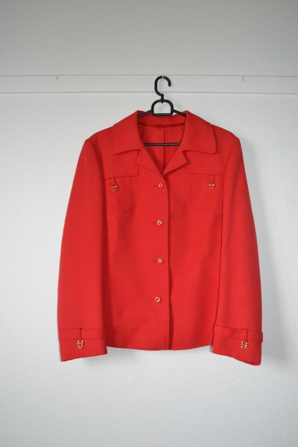 Rød jakke m. guld detaljer - second hand