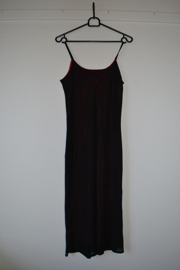 Sort slip kjole med perler og rødt underlag - second hand