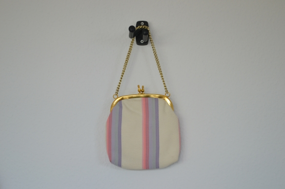 Cremefarvet håndtaske m. pastelstriber - second hand