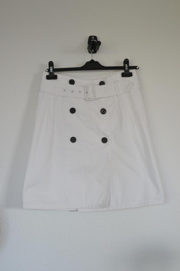 Hvid nederdel m. knapper og bælte - second hand