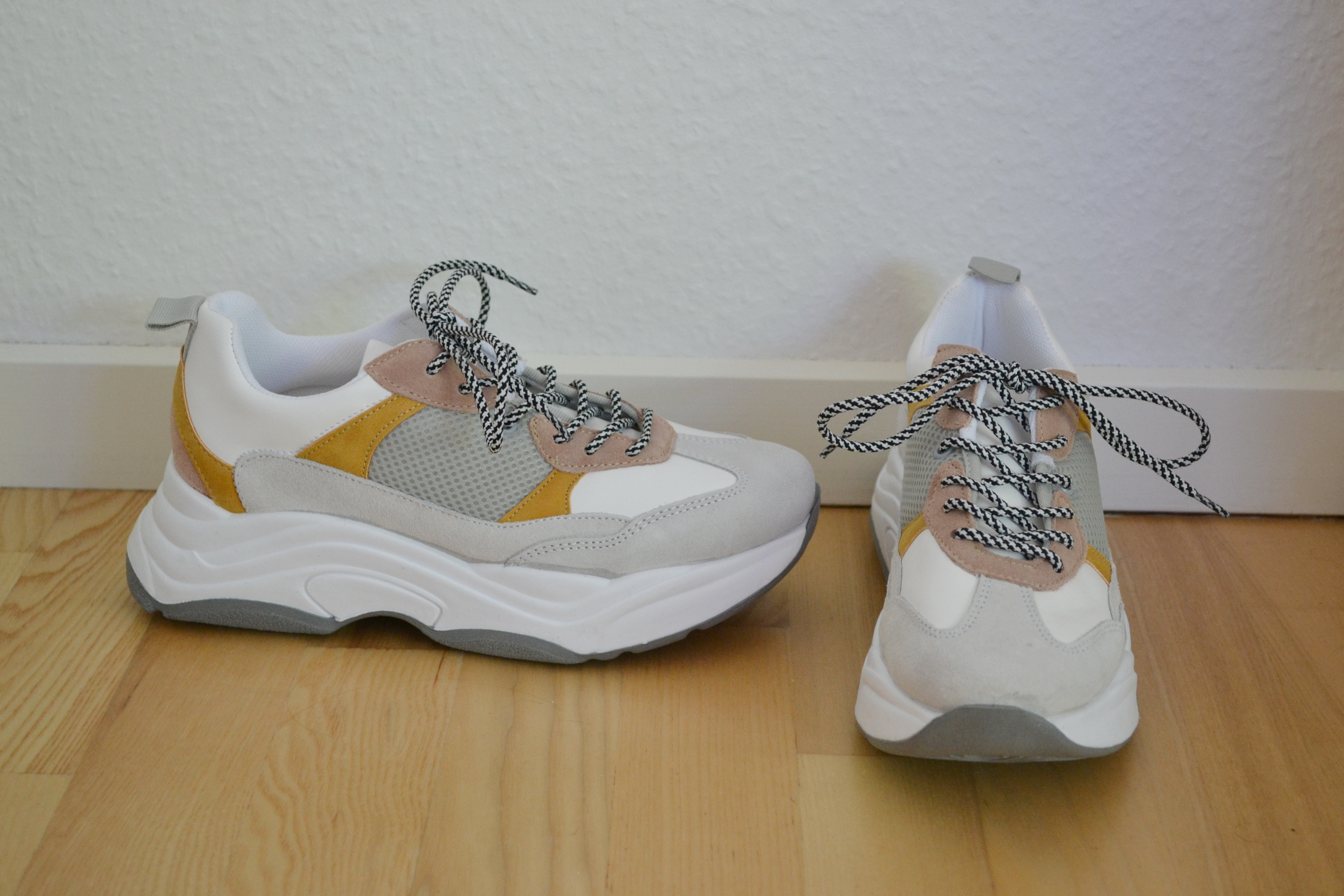 Hvide chunky sneakers m. lyserøde, grå og karrygule detaljer - Topshop