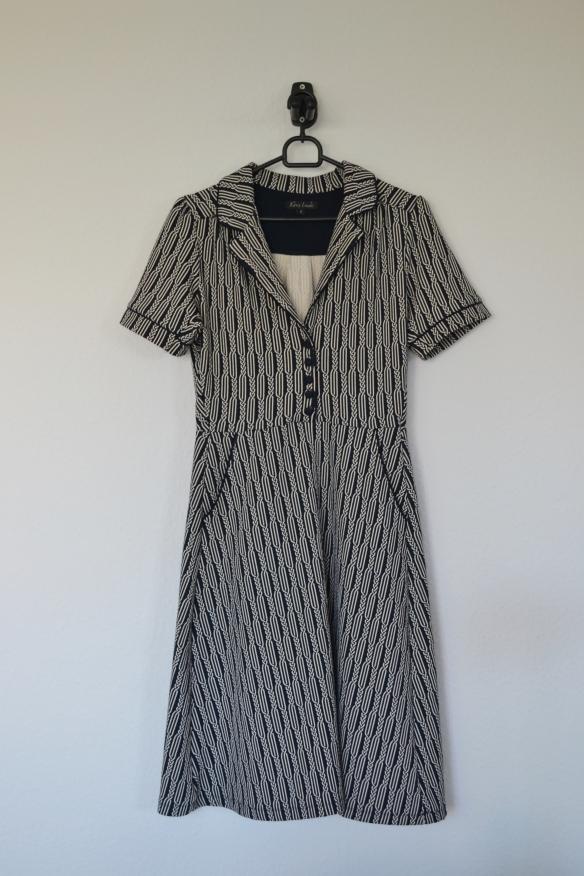 Navy kjole m. hvid mønster og knapper - second hand