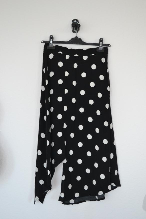 Sort assymmetrisk midi nederdel m. hvide prikker - Bershka