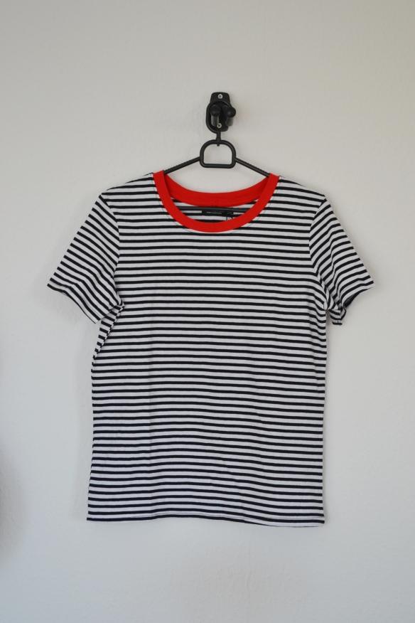 Sort og hvidstribet T-shirt m. rød kant - Bershka