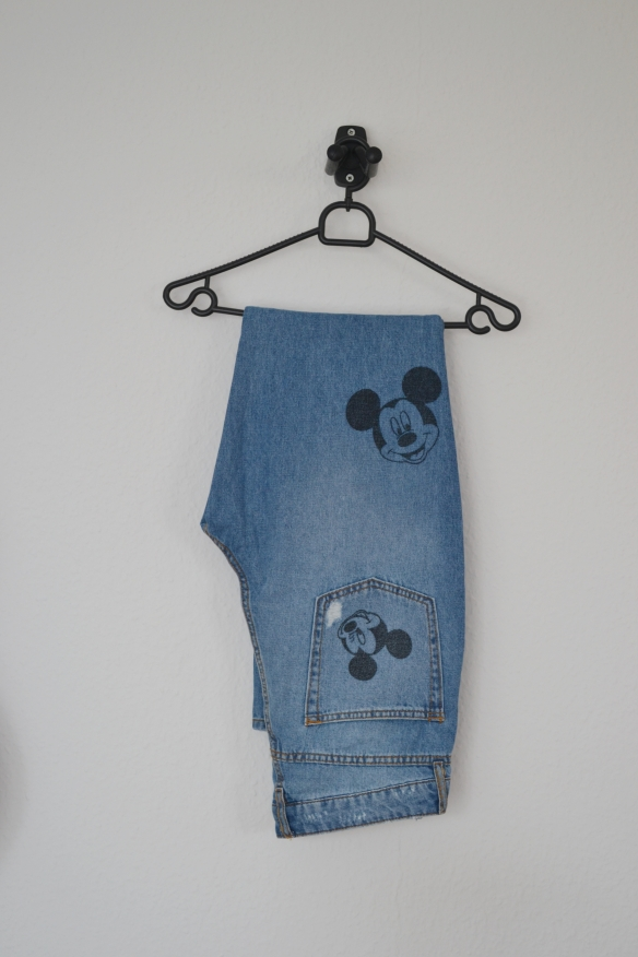 Blå slim mom jeans m. Mickey Mouse print - H&M
