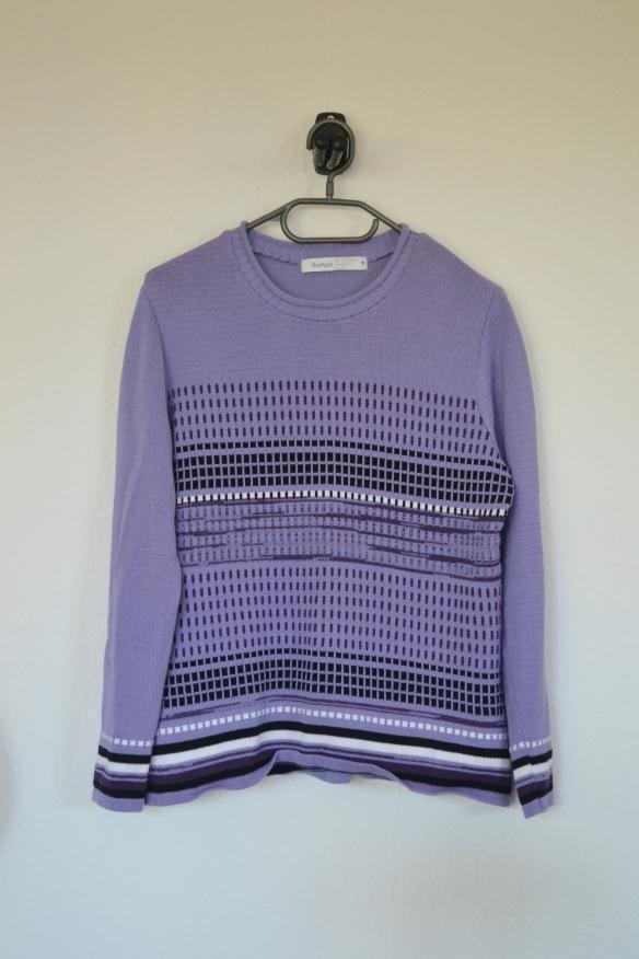 Lyselilla sweater m. mørkelilla og hvidt mønster - second hand