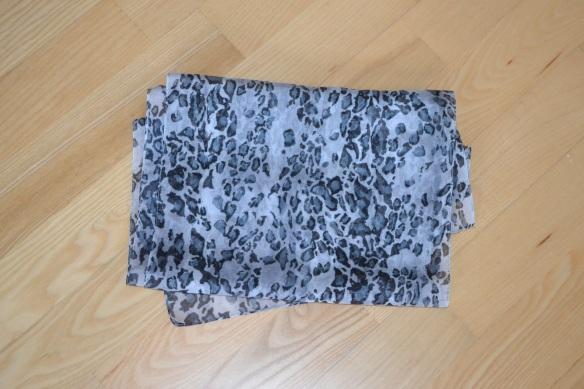 Lysegråt tørklæde m. leopardmønster - second hand
