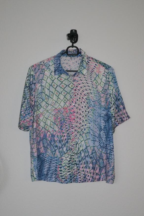 Hvid kortærmet skjorte m. lyserødt, blåt og grønt mønster - second hand