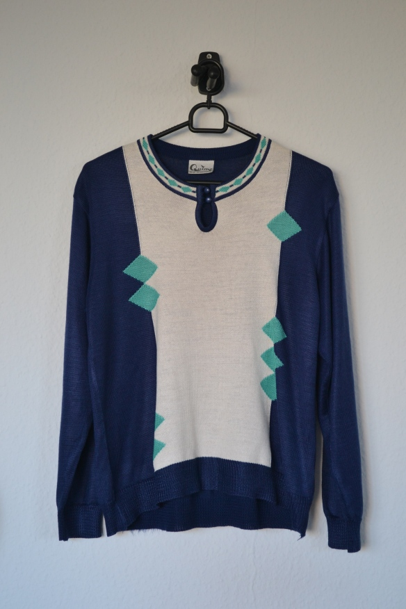 Navy og cremefarvet sweater m. turkis detaljer - second hand