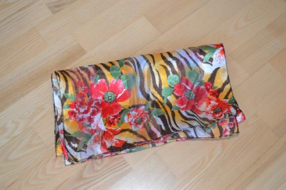 Orange, brun, hvid, rød og grønt tørklæde m. tigerprint og blomster - second hand