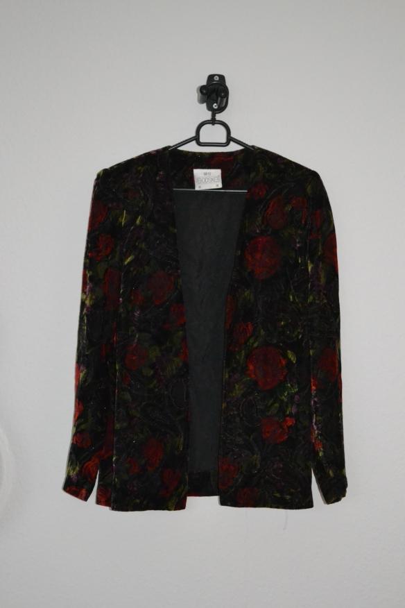 Sort velour jakke med blomstermønster i rød, lilla, grøn og guldglimmer - second hand
