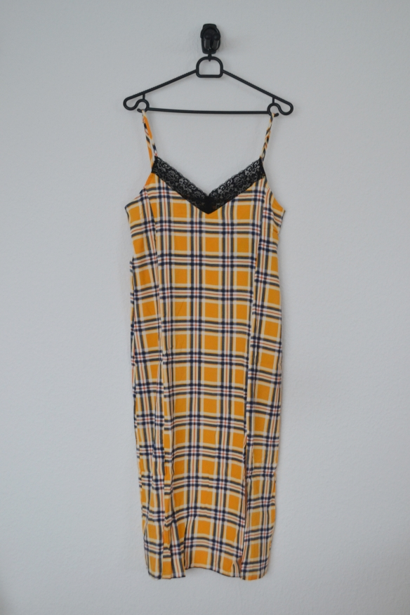 Gul og blå ternet slip kjole m. sorte blonder og slids - Even&Odd
