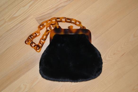 Sort faux fur taske med tortoise shell hank - Topshop