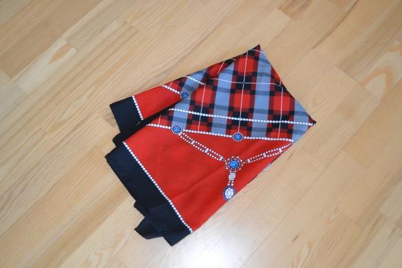 Rød, sort og blå mønstret tørklæde - second hand