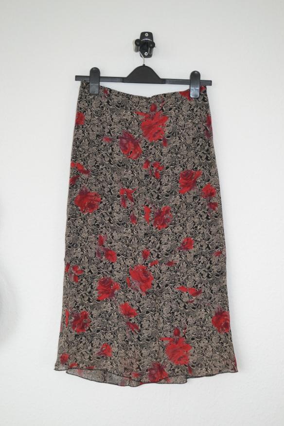 Sort midi nederdel m. beige mønster og røde roser - second hand