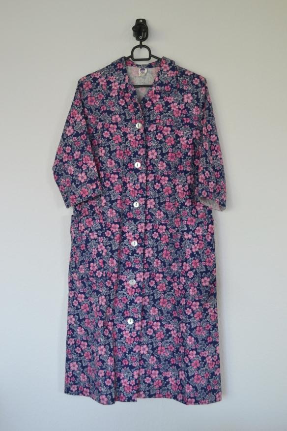 Mørkeblå kjolekittel m. lyserøde blomster - second hand