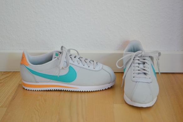 Lysegrå Cortez med teal og orange detaljer - Nike