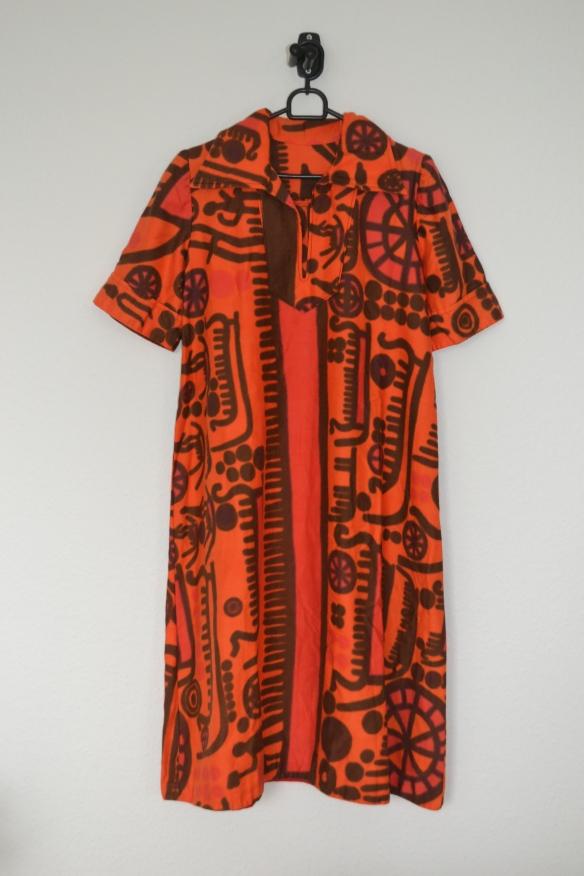 Orange 70'er-kjole m. brun og lilla mønster - second hand