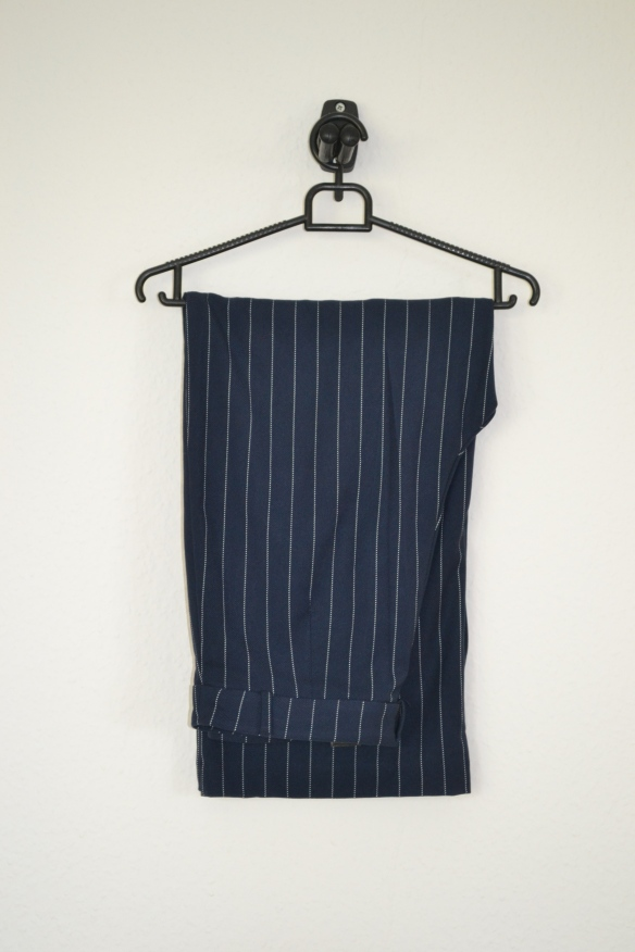 Navy cropped bukser m. hvide pinstripes - Monki