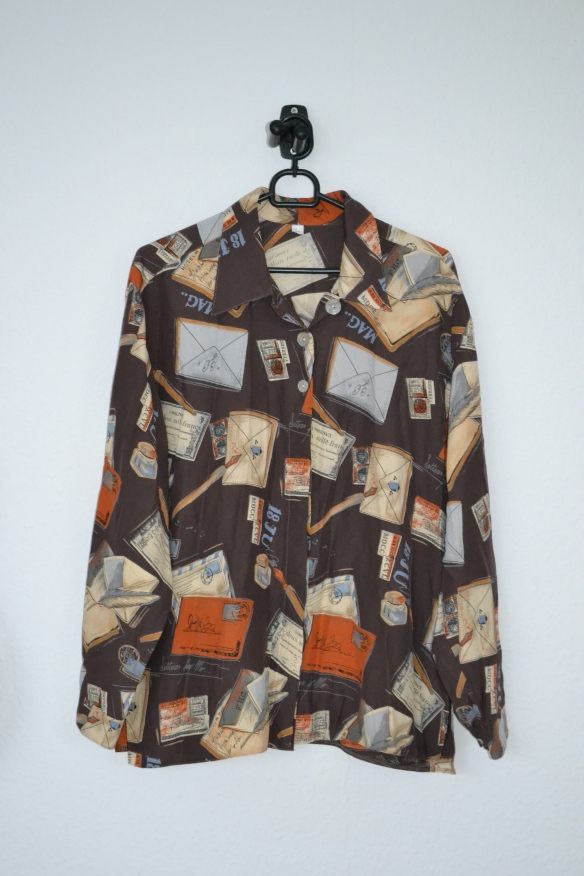 Brun skjorte m. brevprint - second hand
