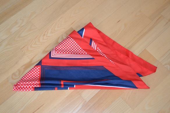 Rød, blå og hvid mønstret tørklæde - second hand