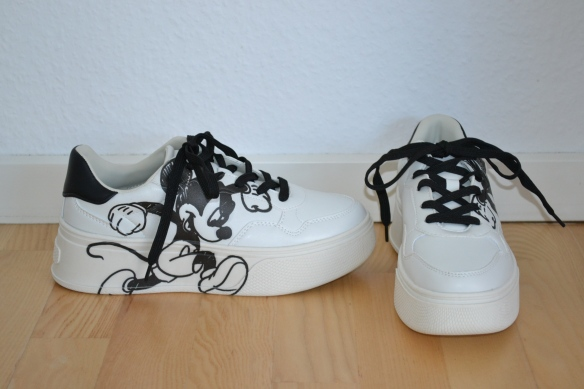 Hvide sneakers m. sort Mickey Mouse print - Bershka