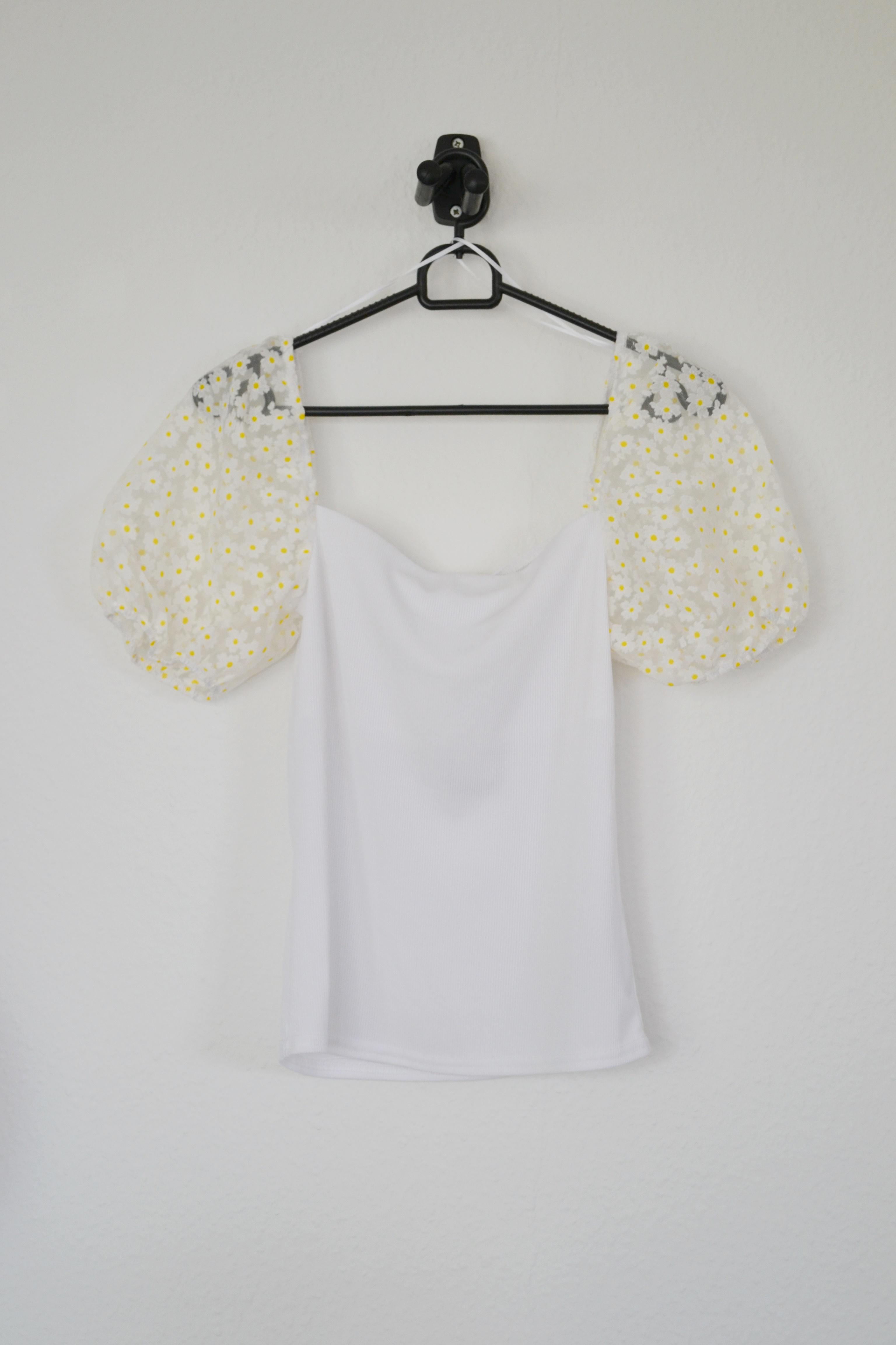 Hvid top m. blomstrede organzaærmer - New Look